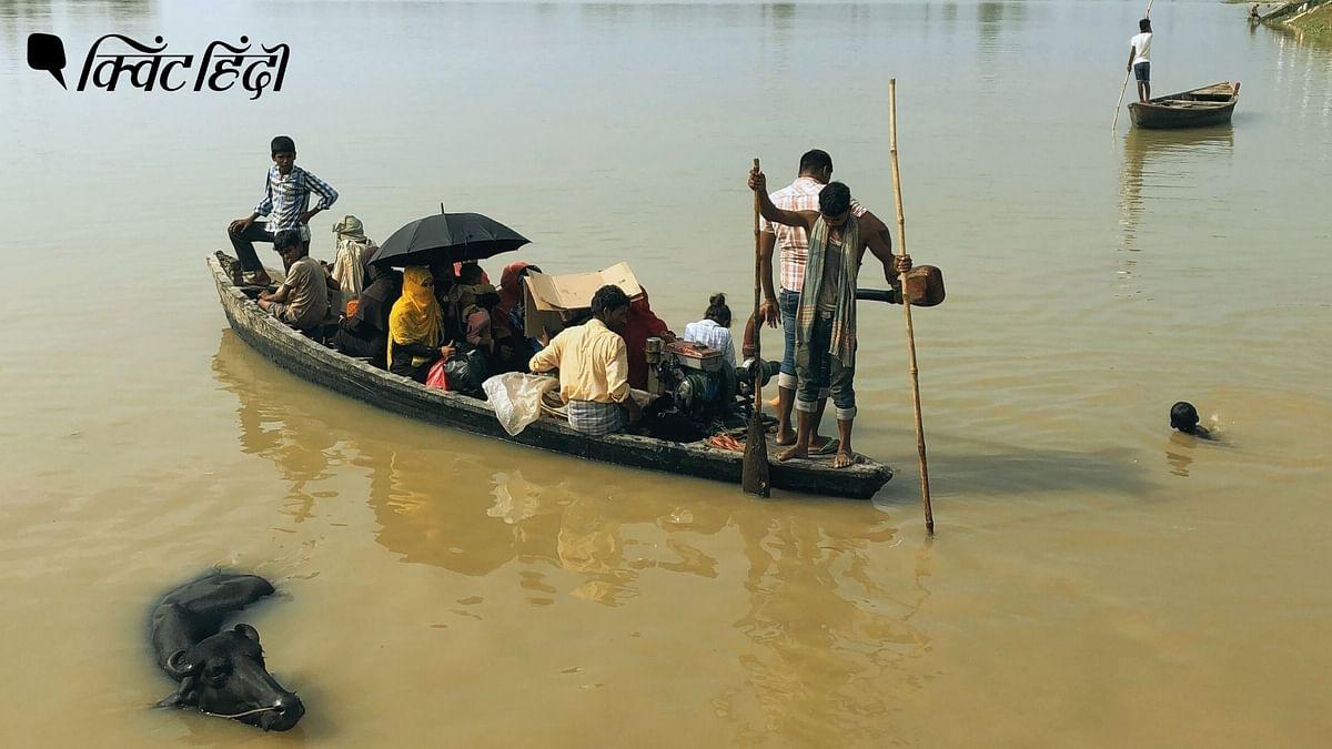 """<div class=""""paragraphs""""><p>बाढ़ में नाव से अपने गांव जाते लोग</p></div>"""