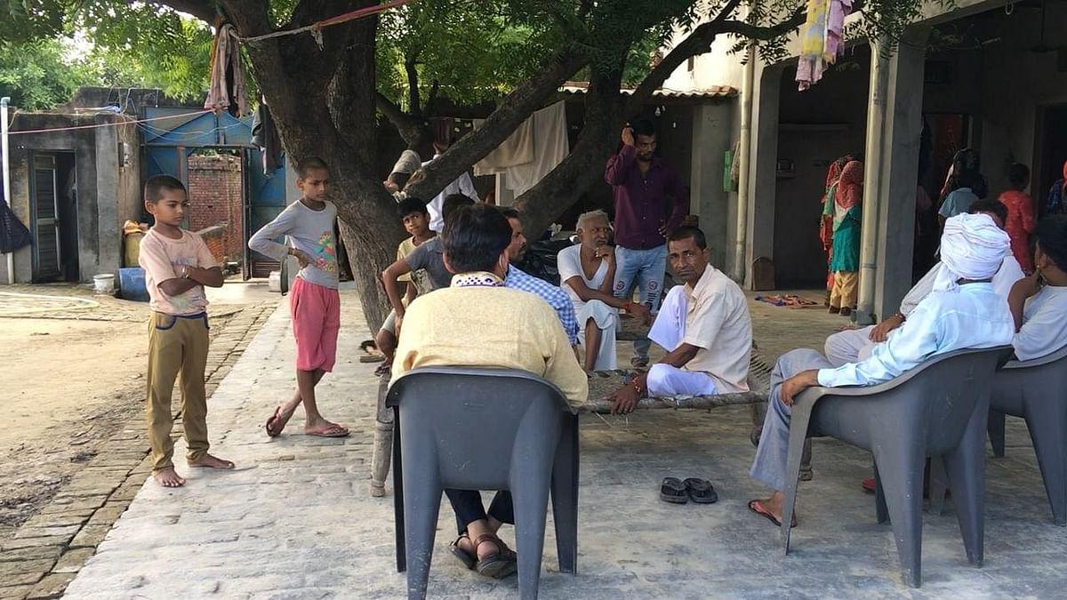 """<div class=""""paragraphs""""><p>यह बागपत के बाम गांव में दक्ष का घर है. अस्पताल में इलाज कराने के दौरान स्थानीय लोग और परिवार के सदस्य उसके स्वास्थ्य के बारे में पूछने के लिए इकट्ठा होते हैं.</p></div>"""