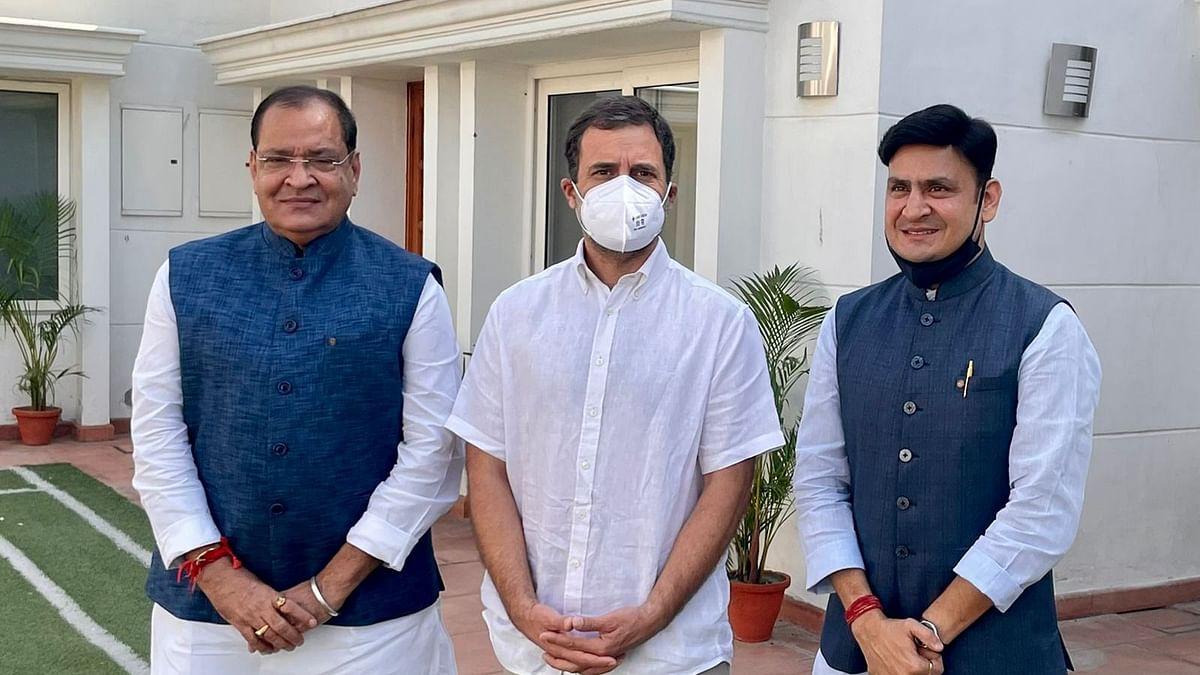 """<div class=""""paragraphs""""><p>यशपाल आर्य और उनके बेटे राहुल गांधी के साथ</p></div>"""