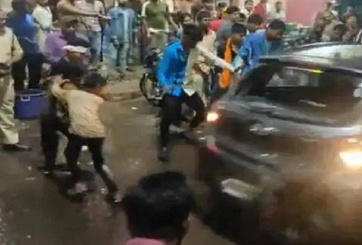 """<div class=""""paragraphs""""><p>Bhopal में दुर्गा विसर्जन यात्रा के दौरान एक तेज रफ्तार कार ने भीड़ को रौंदा</p></div>"""