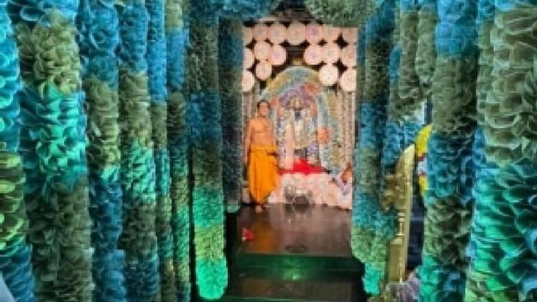 """<div class=""""paragraphs""""><p>आंध्र प्रदेश में एक मंदिर को 5 करोड़ के करेंसी नोटों से सजाया गया</p></div>"""