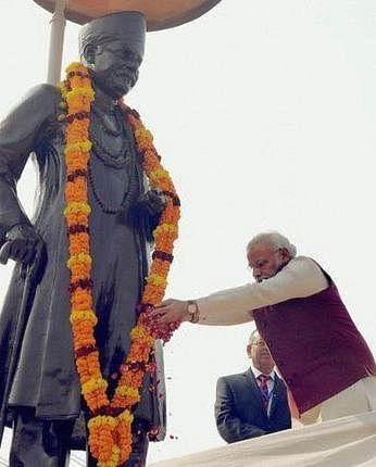 PM Narendra Modi paying floral tribute to Pandit Madan Mohan Malviya's statue in Varanasi. (File Photo: PTI)
