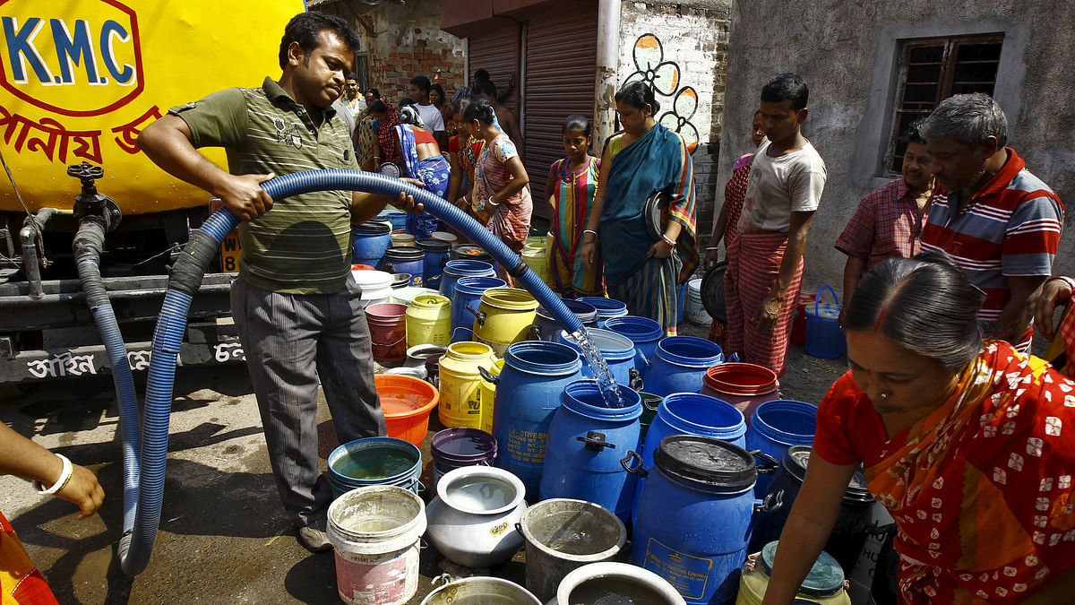 A resident fills drinking water in containers from a municipal water tanker. (Photo: Reuters)
