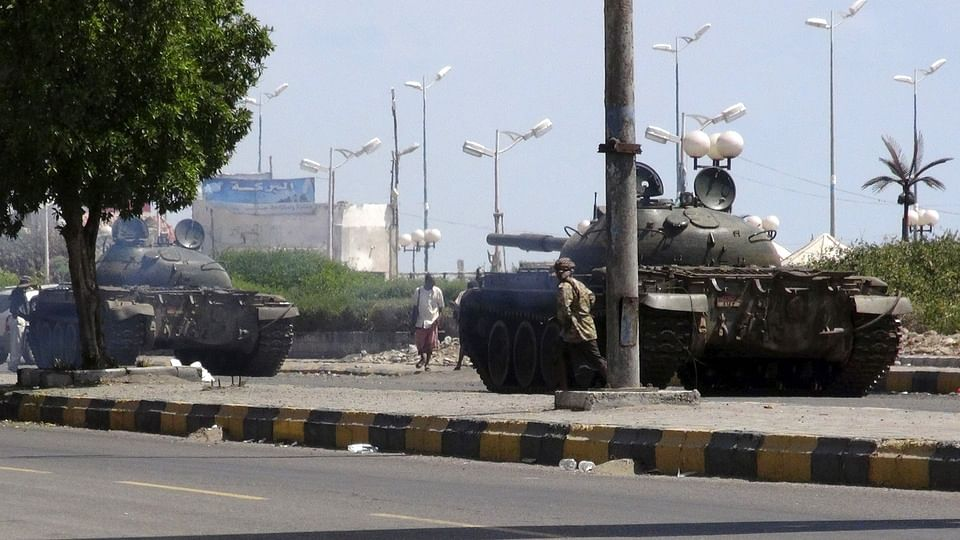 Army tanks are deployed during clashes in Yemen's southern port city of Aden (Photo: Reuters)
