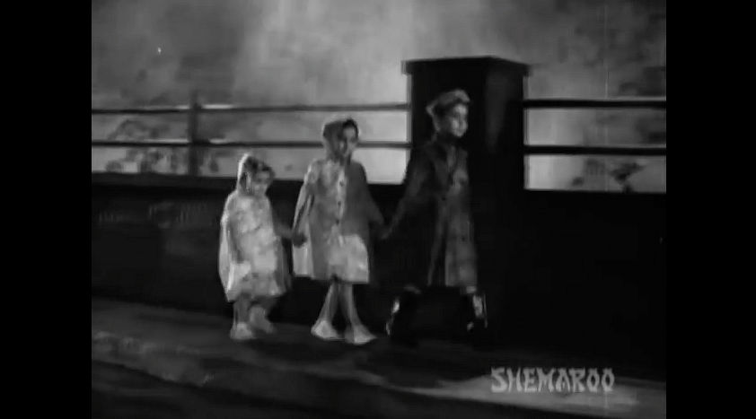 "Randhir Kapoor (R), Ritu Kapoor and the youngest, Rishi Kapoor (Photo: <a href=""https://www.youtube.com/watch?v=zwkhufUZvwU"">RK Films</a>)"