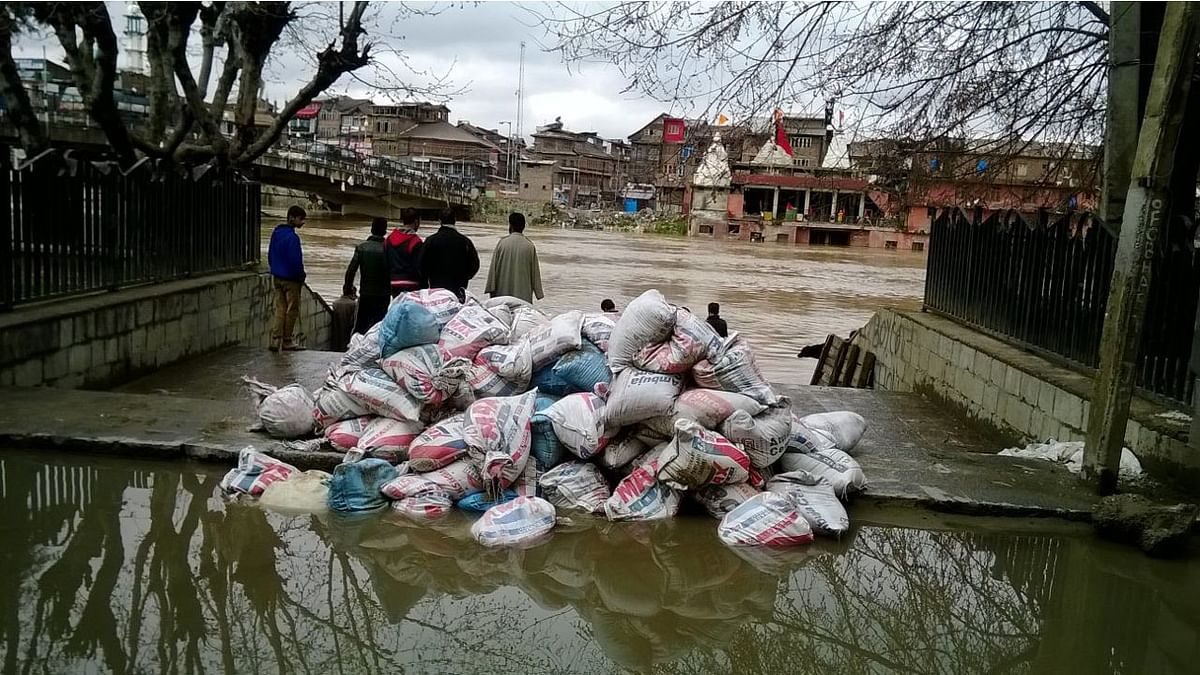 Sandbags are stacked along the banks of river Jhelum in Srinagar. They are being used to prevent water from flowing into the residential areas. (Photo: Danish Yousuf)