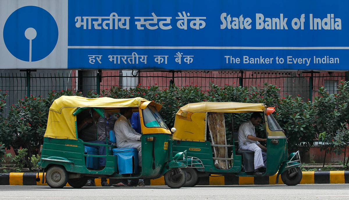 Auto rickshaws wait in front of the head office of State Bank of India (SBI) in New Delhi August 12, 2013. (Photo: Reuters)