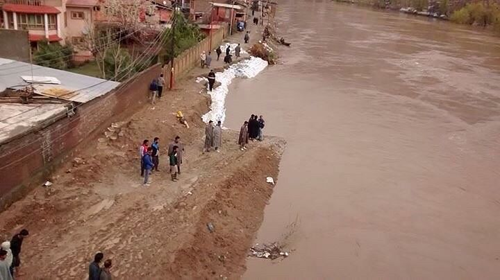 People put sandbags along the banks of river Jhelum near Lasjan in Srinagar. Around 10,000 people face a flood threat as the town lies on the banks of the river. ( Photo: Facebook)