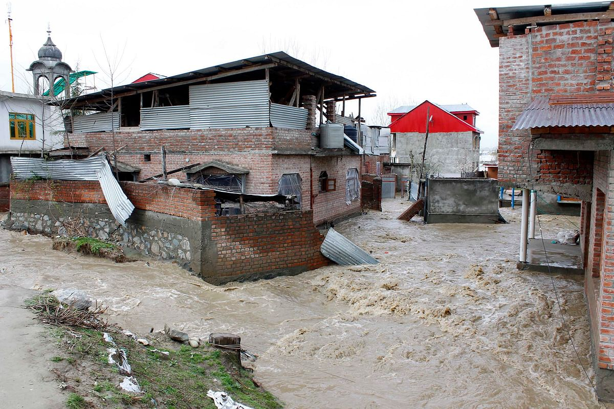 Waters enter Hamdania Colony in Srinagar's suburbs after breaching embankments. (Photo: Faisal Khan)