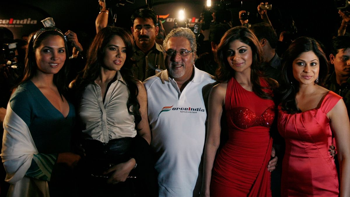 Vijay Mallya (C) poses with bollywood actresses Lara Dutta (L), Sameera Reddy (2nd L), Shilpa Shetty (2nd R) and Shamita Shetty during the launch function for the team's new car for 2008 in Mumbai February 7, 2008.