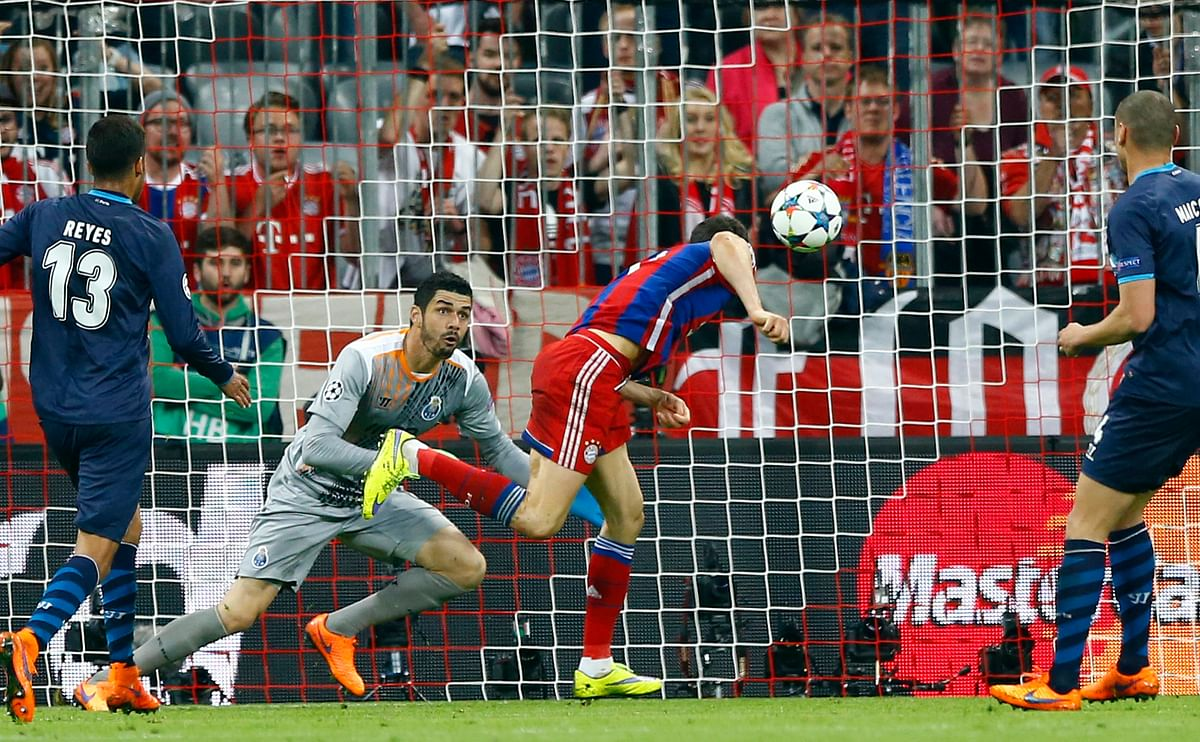 Bayern's Robert Lewandowski, center, scores his side's 3rd goal during the soccer Champions League quarterfinal against FC Porto at the Allianz Arena in Munich. (Photo: AP)