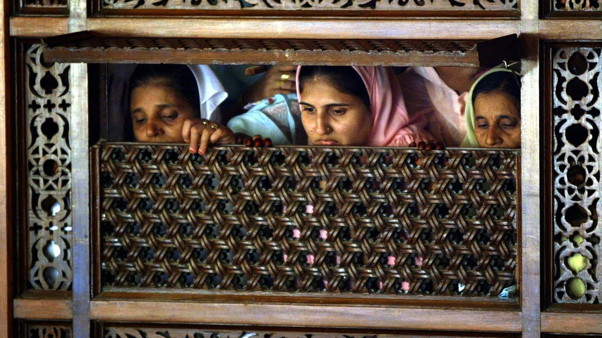 Women of the Dawoodi Bohra Muslim sect watch a wedding procession in Bombay. In India, the Dawoodi Bohra sect carries out female genital mutilation. (Photo: Reuters)