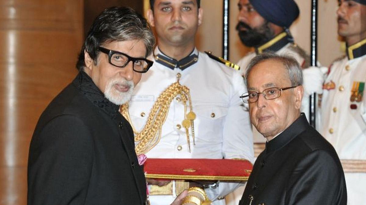 Amitabh Bachchan receiving the Padma Vibhushan from President Pranab Mukherjee (Photo: PIB)