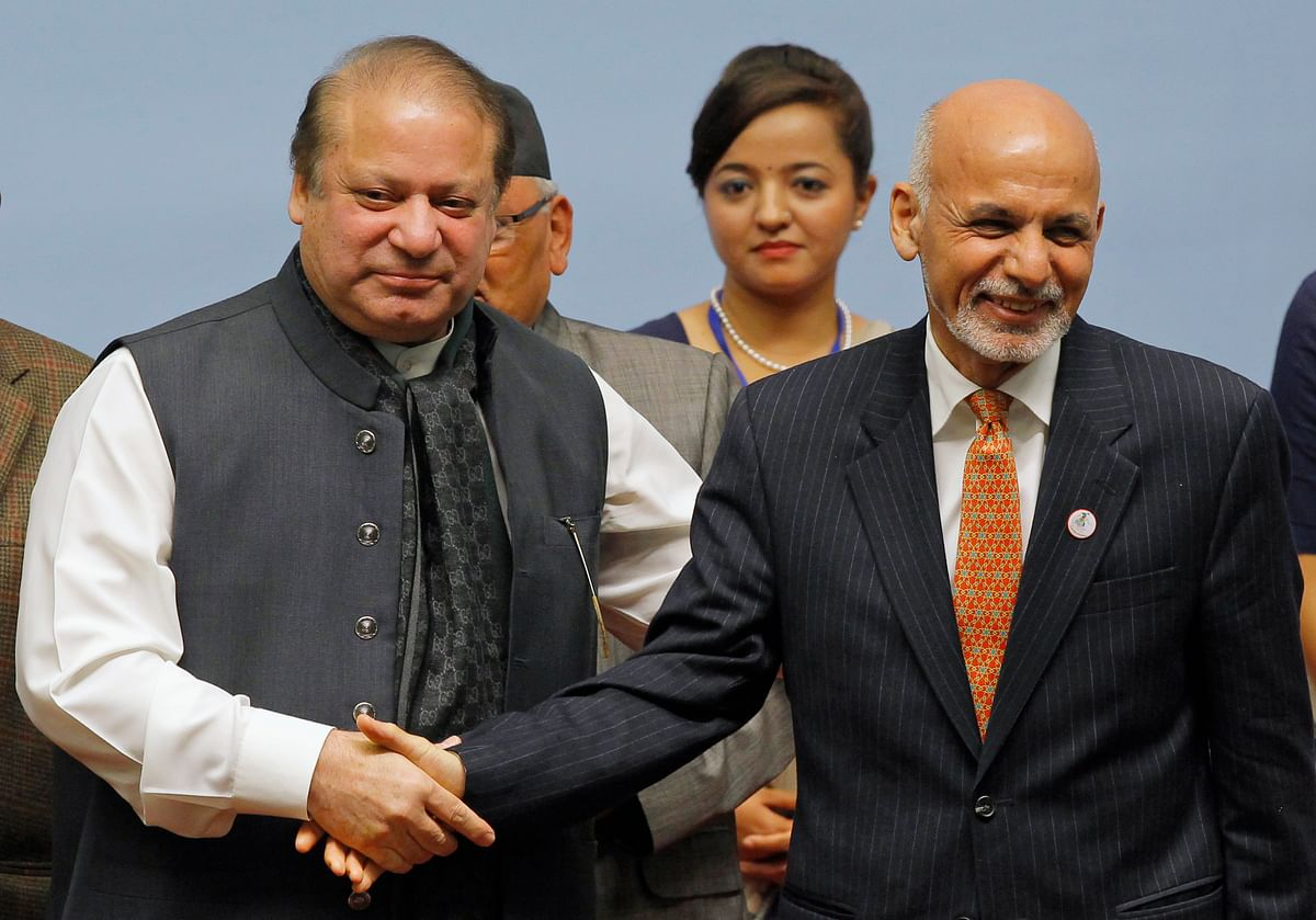 <!--StartFragment-->Pakistani Prime Minister Nawaz Sharif (L) shakes hands with Afghanistan's President Ashraf Ghani during the closing session of the SAARC summit in Kathmandu November 27, 2014. (Photo: Reuters)<!--EndFragment-->