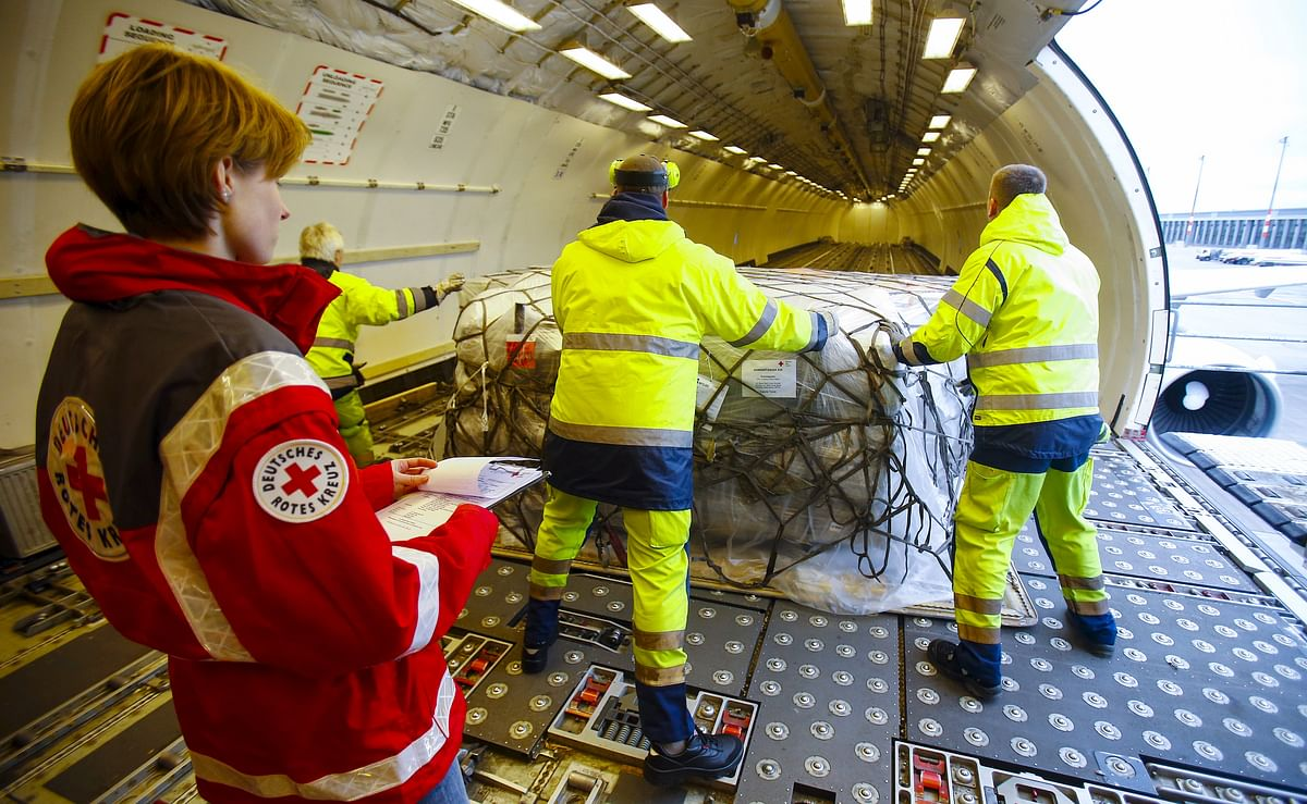 <!--StartFragment-->Workers load humanitarian aid from German Red Cross (DRK) for victims of the earthquake in Nepal, into an aircraft at Schoenefeld airport outside Berlin. (Photo: Reuters)&nbsp;<!--EndFragment-->