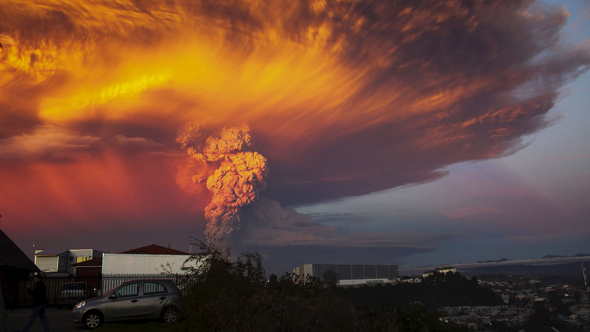 Smoke and ash rise from the Calbuco volcano as seen from the city of Puerto Montt, April 22, 2015. (Photo: Reuters)
