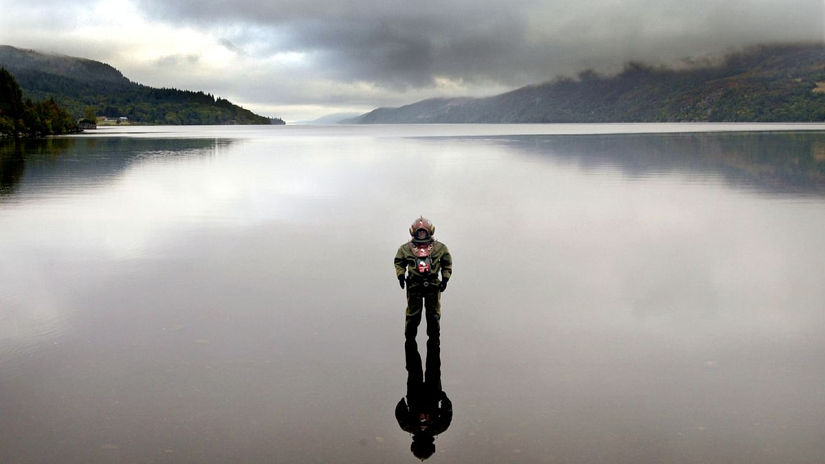 Lloyd Scott, 41, poses for photographs wearing an antique deep sea diving suit in Loch Ness, in Scotland, ahead of his underwater marathon world record attempt to raise money for children with Leukaemia, September 28, 2003 (Photo: Reuters)