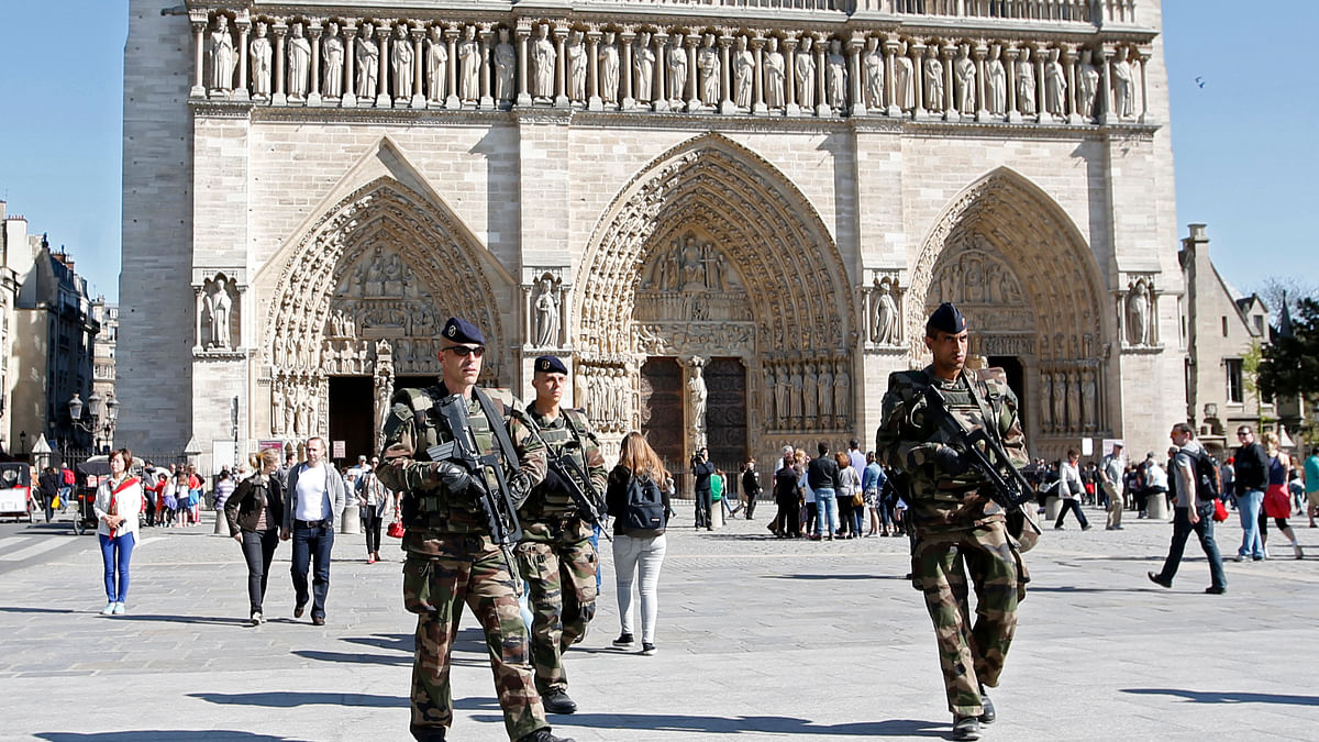 "<!--StartFragment-->French soldiers patrol outside the Notre Dame Cathedral as part of the ""Vigipirate"" security plan in Paris, (Photo: Reuters)<!--EndFragment-->"