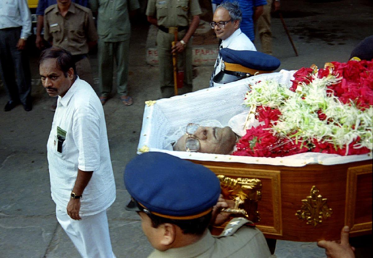Morarji Desai's body being acoorded ceremonial honoursafter he passed away (Photo: Reuters)