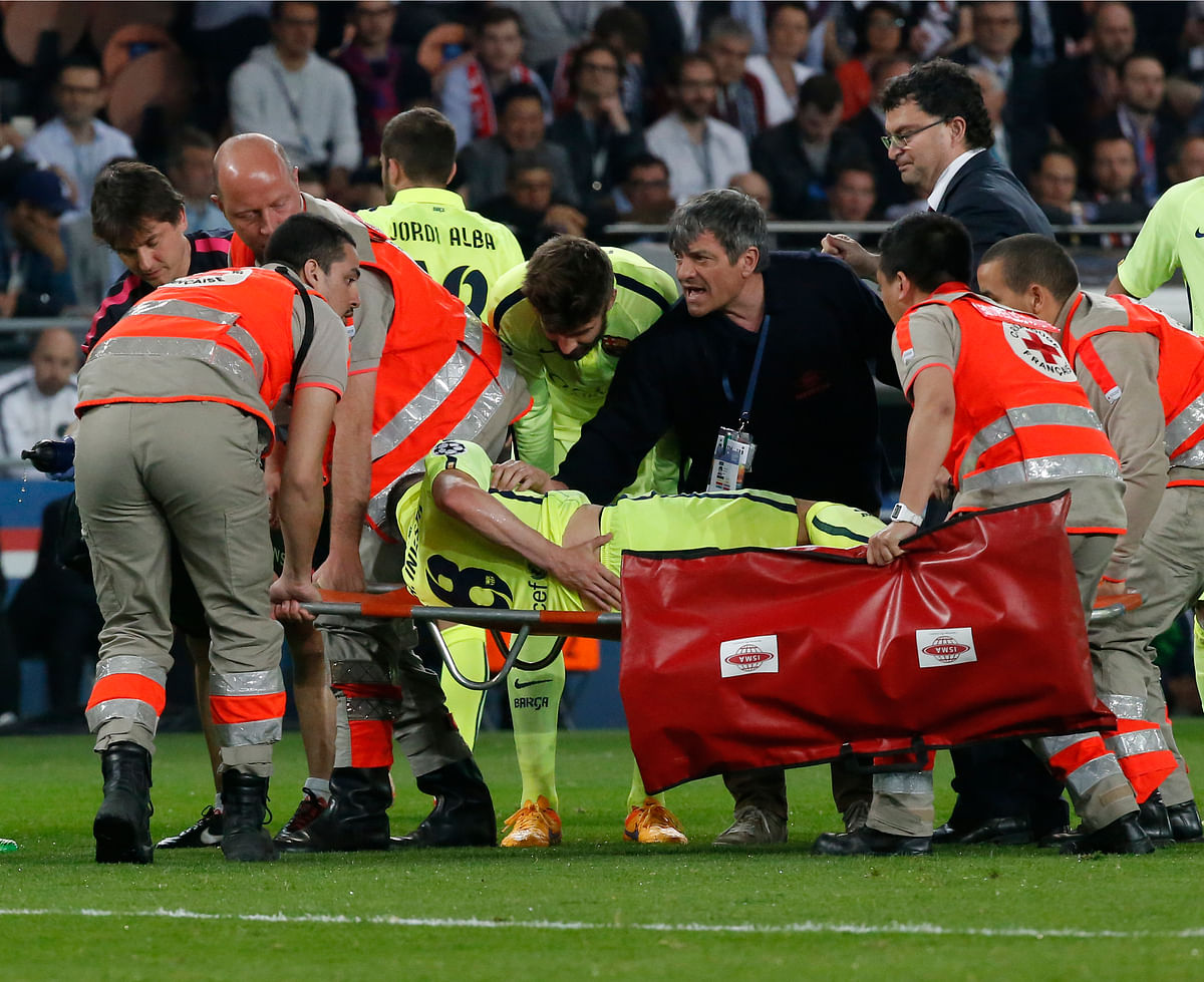 Andres Iniesta was carried off the pitch after being injured during the Champions League quarterfinal first leg match against Paris Saint Germain at the Parc des Princes on April 15th. (Photo: AP)