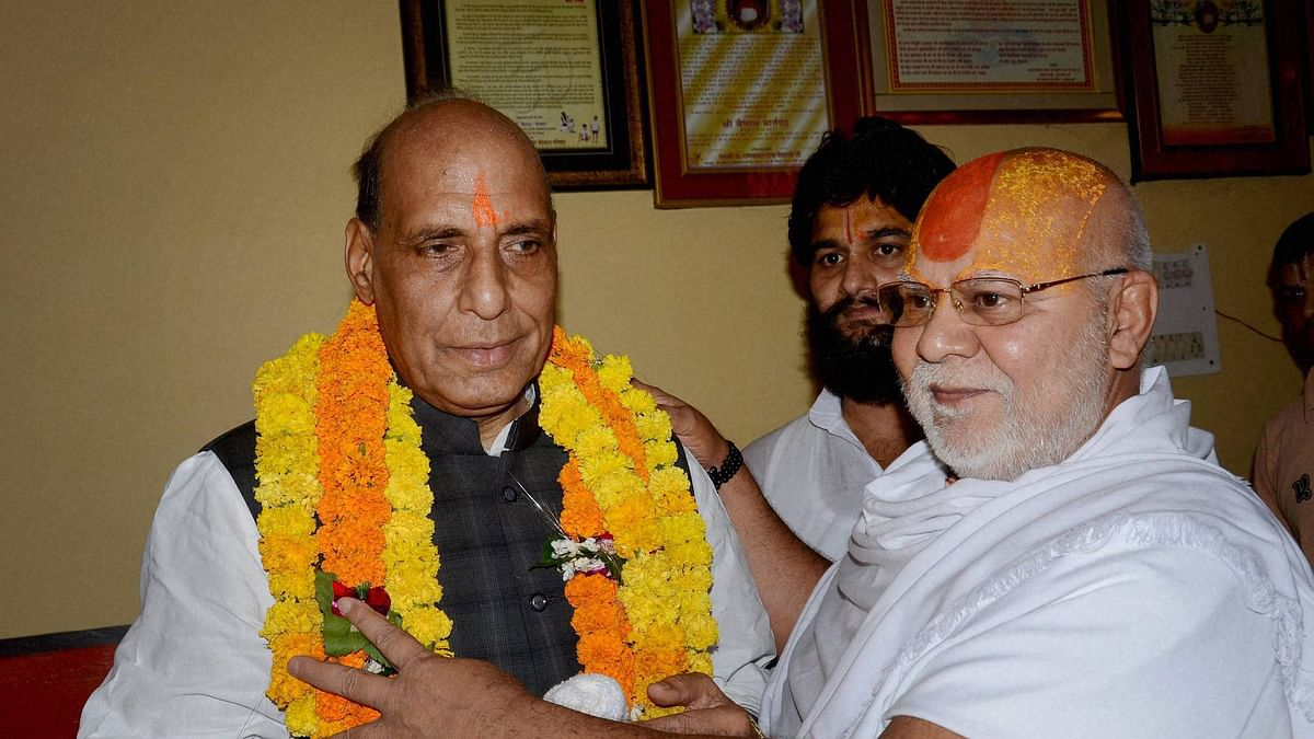 Union Home Minister Rajnath Singh being welcomed by Gyan Das, mahant of Hanumangari temple in Ayodhya. (Photo: PTI)