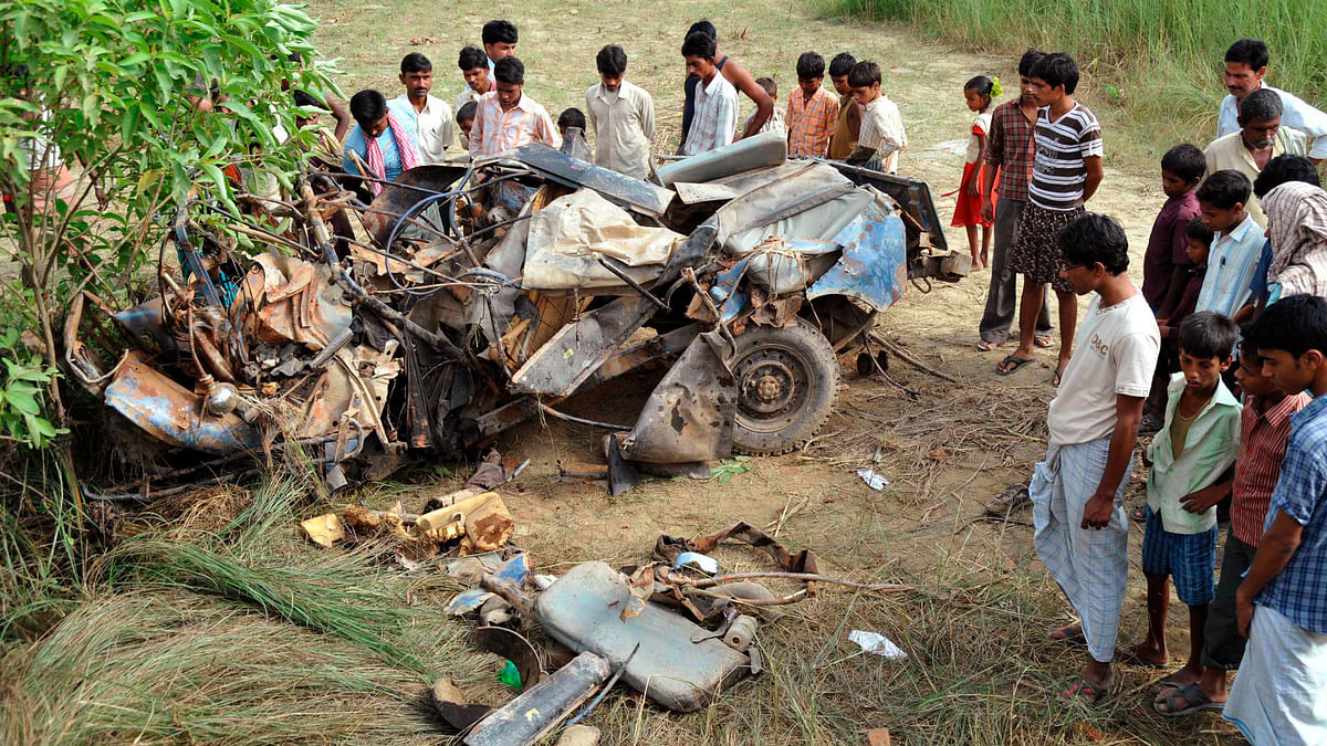 <!--StartFragment-->Onlookers stand beside the wreckage of a security patrol vehicle blown up by Maoists In Bihar (Photo: Reuters)<!--EndFragment-->