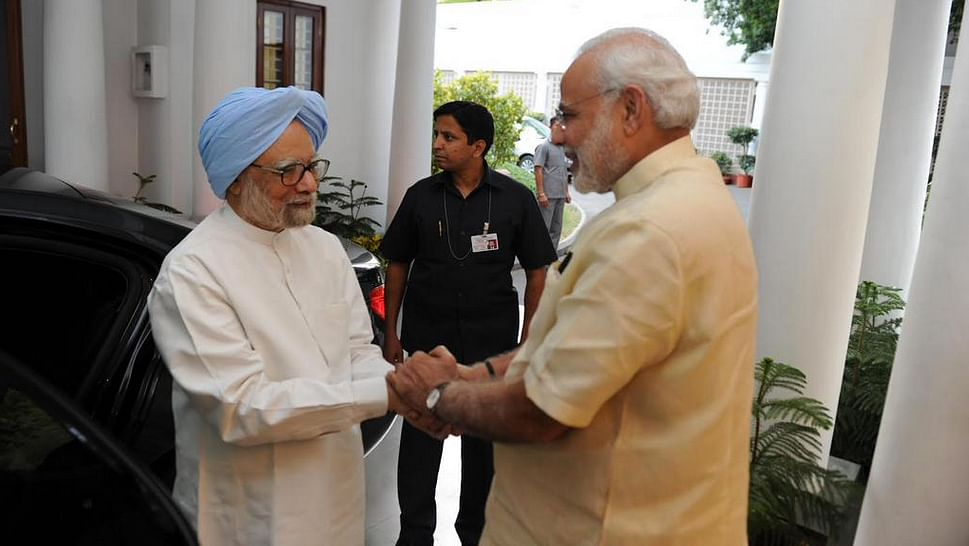 """The PM greets his predecessor at his residence, 7 Race Course Road. (Photo: <a href=""""https://twitter.com/narendramodi"""">twitter.com/narendramodi</a>)"""