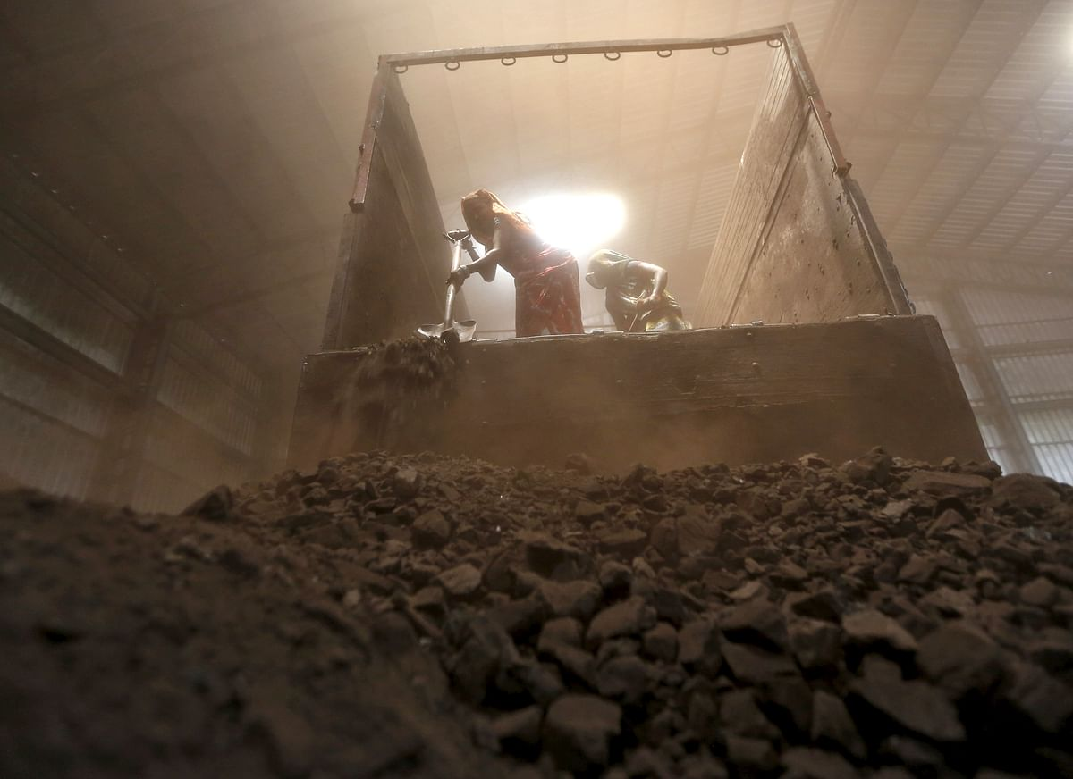 Workers unload coal from a supply truck at a yard on the outskirts of the western Indian city of Ahmedabad, April 15, 2015. (Photo: Reuters)