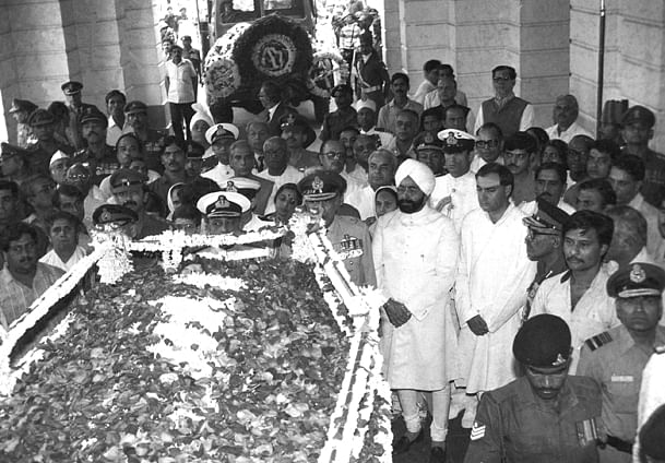 Former President Zail Singh, former Prime Minister Rajiv Gandhi, and the three Service Chiefs at the funeral of NT Rama Rao.
