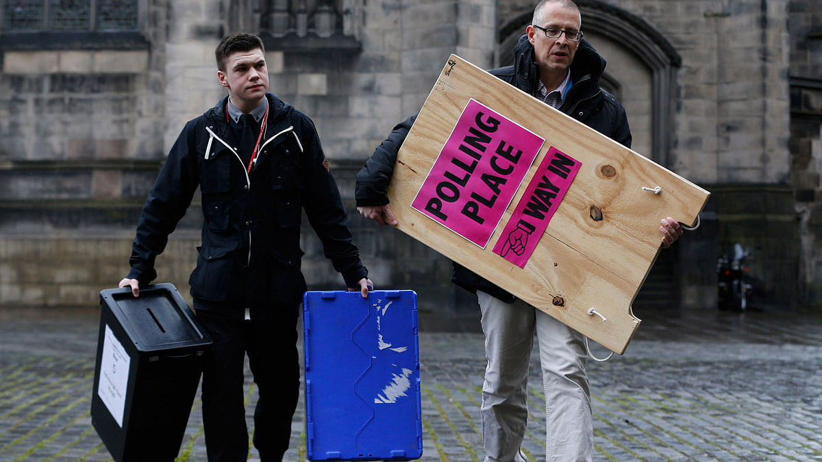 Ballot boxes are carried across West Parliament Square in Edinburgh Scotland, Britain May 6, 2015. (Photo: Reuters)