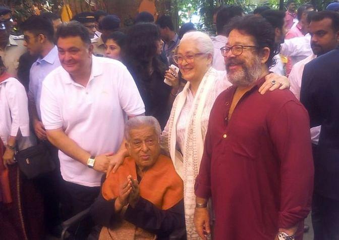 Shashi Kapoor seen here with Rishi Kapoor, Nafisa Ali and Kunal Kapoor outside Prithvi Theatre. (Photo: Yogen Shah)