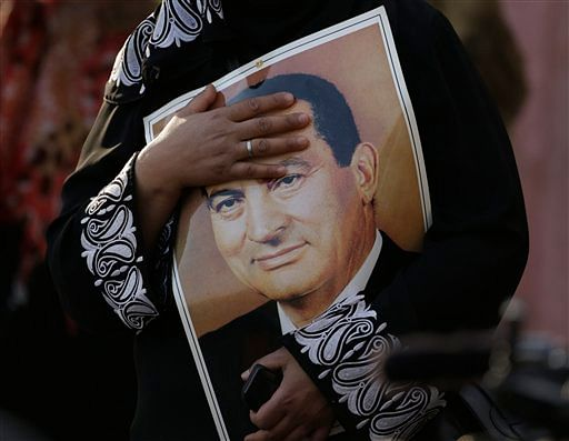 <!--StartFragment-->A supporter of Egypt's deposed autocrat Hosni Mubarak holds his poster. (Photo: AP)<!--EndFragment-->