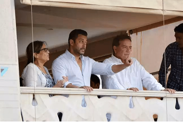 """Salman Khan with his parents on the balcony of his apartment&nbsp;(Photo:<a href=""""https://twitter.com/JerseyNo27""""> Twitter/@jerseyno27</a>)"""