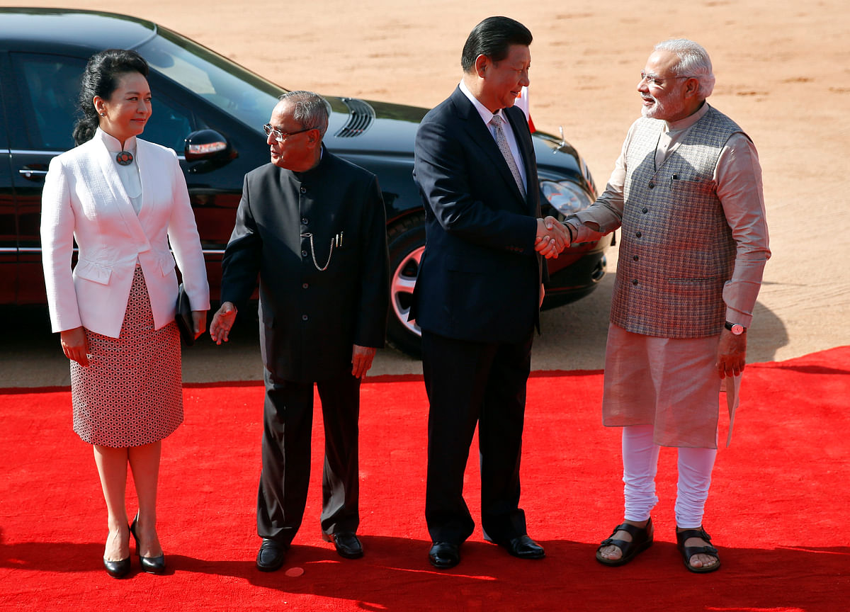 <!--StartFragment--> Prime Minister Narendra Modi (R) and China's President Xi Jinping (2nd R) shake hands as Xi's wife Peng Liyuan and India's President Pranab Mukherjee (2nd L) look on during Xi's ceremonial reception at the Rashtrapati Bhavan in September 18, 2014. (Photo: Reuters)<!--EndFragment-->