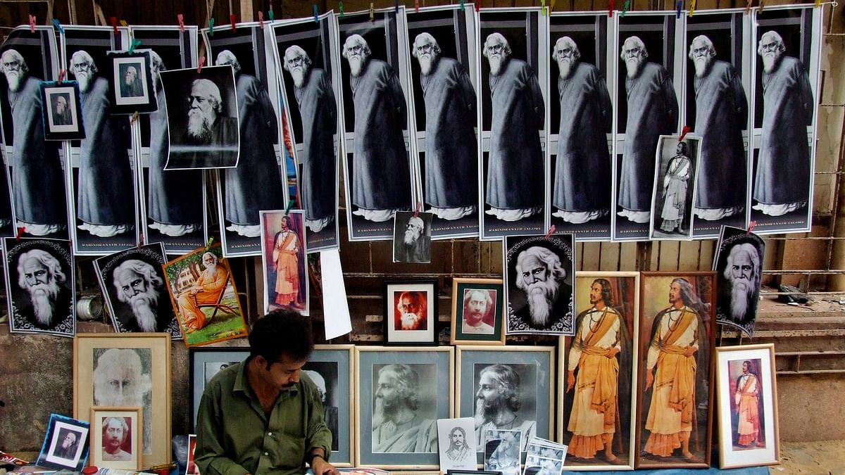 <!--StartFragment-->An Indian street vendor sells photographs of Indian poet Rabindranath Tagore on a pavement during celebrations of his 145th birth anniversary in Kolkata May 9, 2006.<!--EndFragment-->