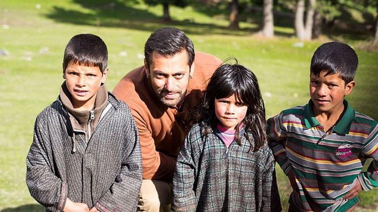 "Salman Khan with Kashmiri kids on the sets of <i>Bajrangi Bhaijan</i> (Photo: <a href=""https://instagram.com/p/2JMv8-AbLt/?taken-by=arpitakhansharma"">Instagram/Arpita Khan Sharma</a>)"