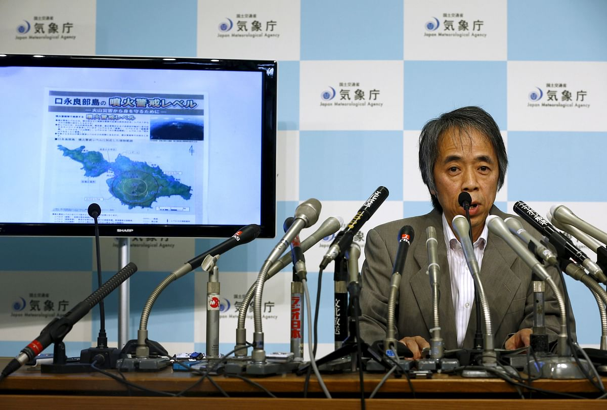 Japan Meteorological Agency's Senior Coordinator for volcanic affairs Sadayuki Kitagawa holds an emergency news conference following the eruption of a volcano in southern Japan, as a screen shows a map of the volcano on Kuchinoerabujima, at the agency in Tokyo May 29, 2015. (Photo: Reuters)