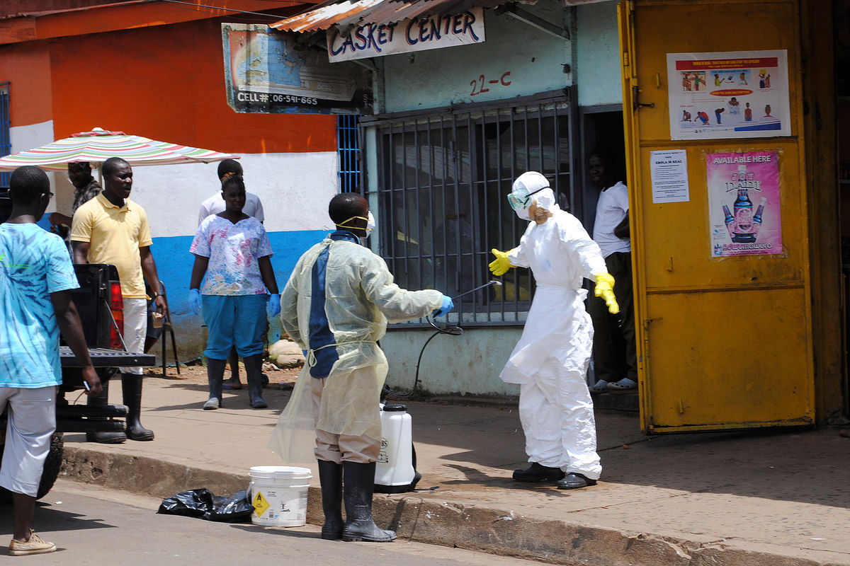 <!--StartFragment-->File Photo:&nbsp; member of a burial team sprays a colleague with chlorine disinfectant in Monrovia, capital of Liberia October 20, 2014. (Photo: Reuters)<!--EndFragment-->