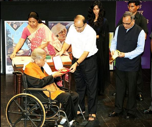 Shashi Kapoor receives the Dadasaheb Phalke Award from Arun Jaitley (Photo: MIB)