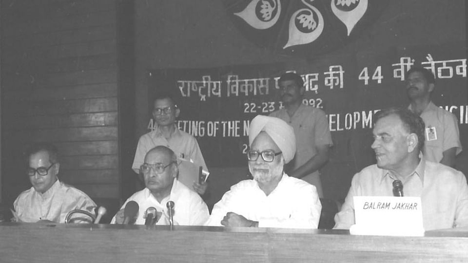 Manmohan Singh (second from right) with PV Narasimha Rao to his left.