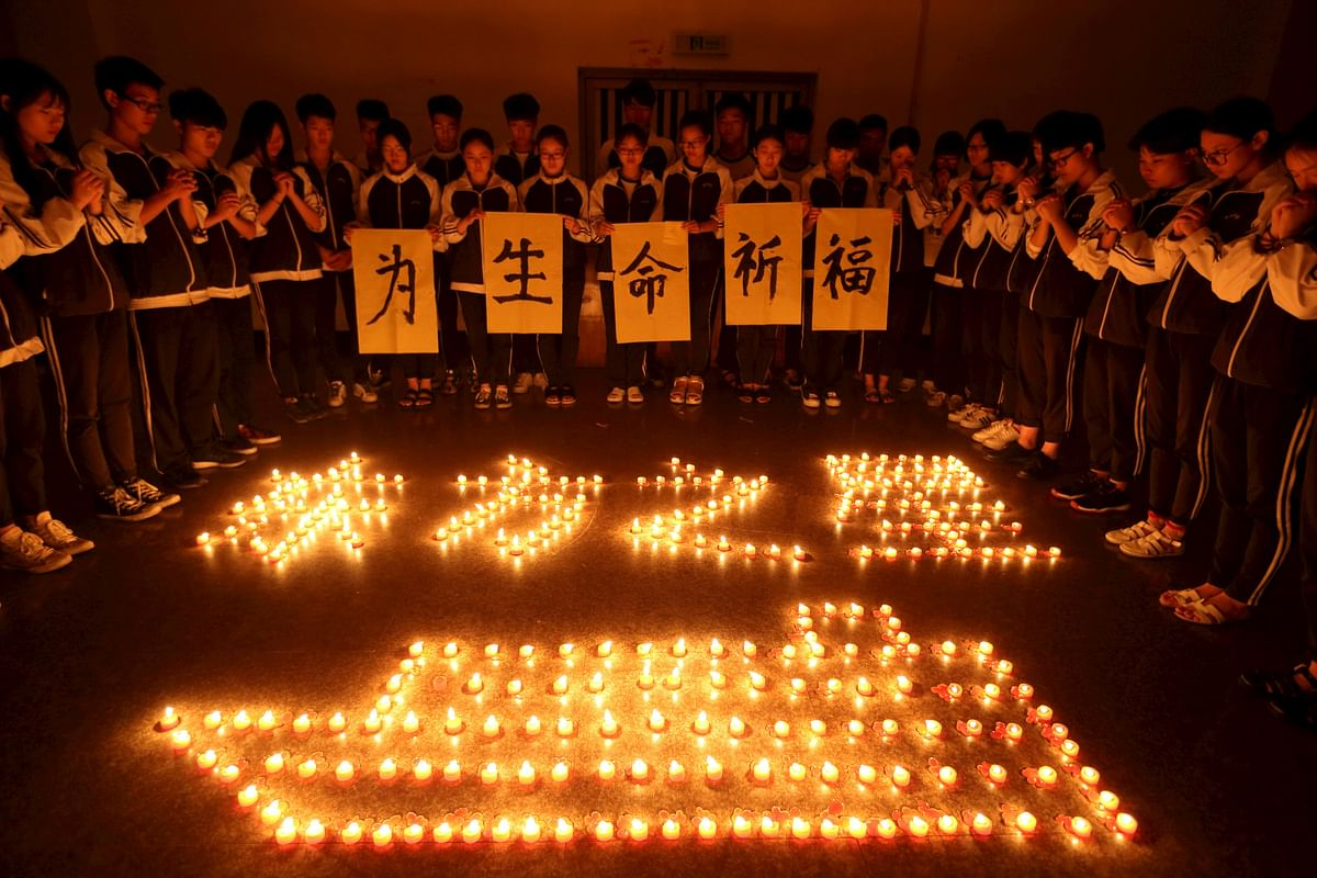 Chinese school children pray for the passengers of the Eastern Star. (Photo: Reuters)