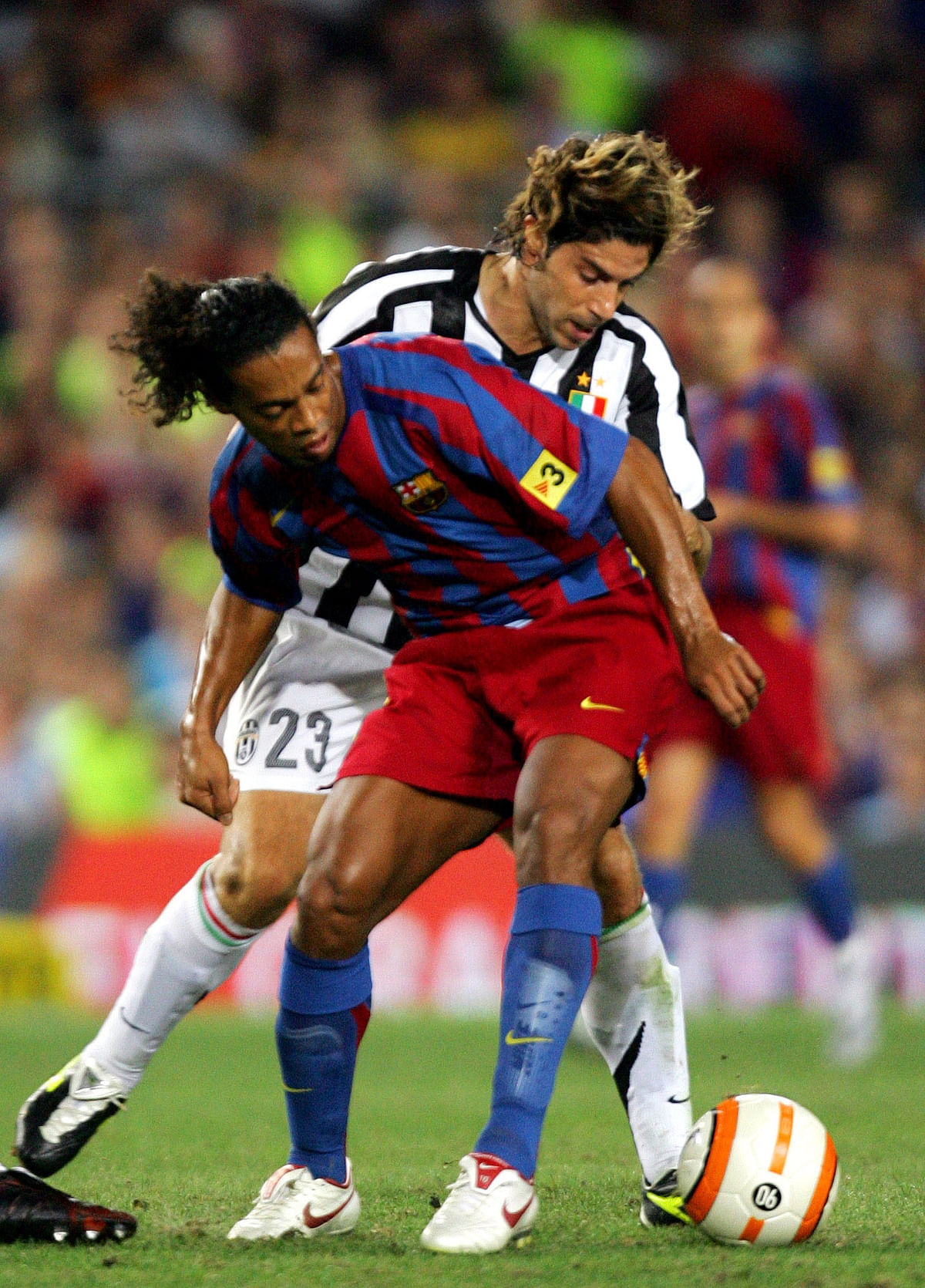 Barcelona's Brazilian soccer player Ronaldinho (L) with Juventus' Giannichedda during their friendly soccer match for the Joan Gamper Trophyin Barcelona August 24, 2005. (Photo: Reuters)