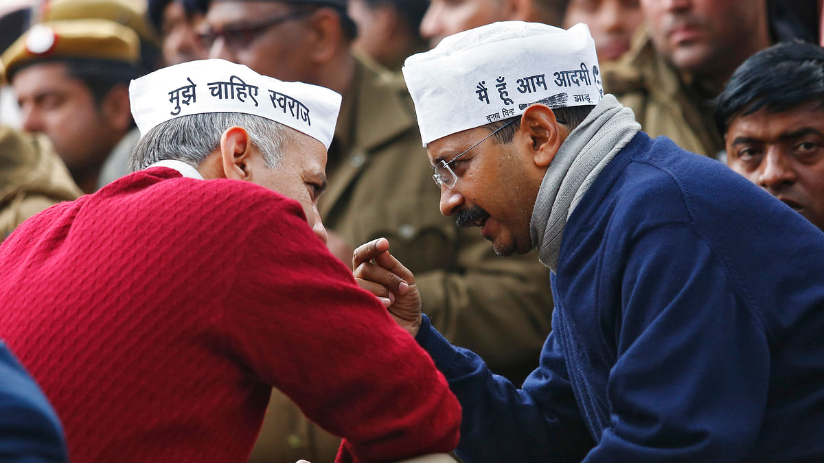 Delhi's CM Arvind Kejriwal (R), leader of the Aam Aadmi Party (AAP), speaks with Delhi's Education Minister Manish Sisodia during a protest in New Delhi. (Photo: Reuters)