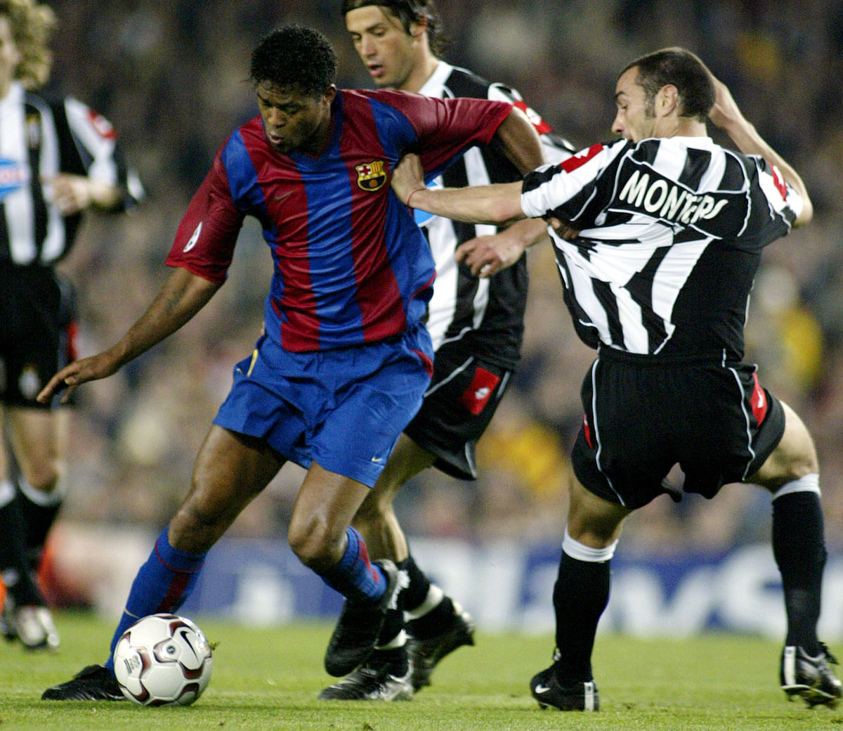 FC Barcelona's Dutch player Patrick Kluivert with Juventus defender Paolo Montero during their Champions League quarter-final second round match  in Barcelona,April 22, 2003. (Photo: Reuters)