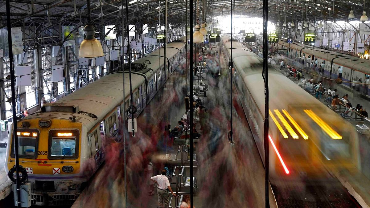 Commuters disembark from crowded local trains in Mumbai (Photo: Reuters)