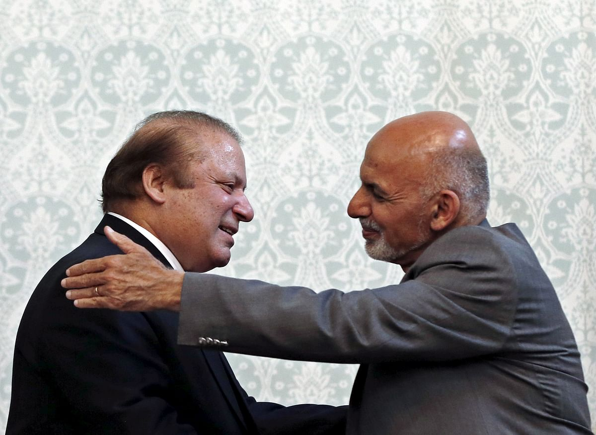 Afghan President Ashraf Ghani (R) shakes hands with Pakistani Prime Minister Nawaz Sharif after a news conference in Kabul, May 12, 2015. (Photo: Reuters)
