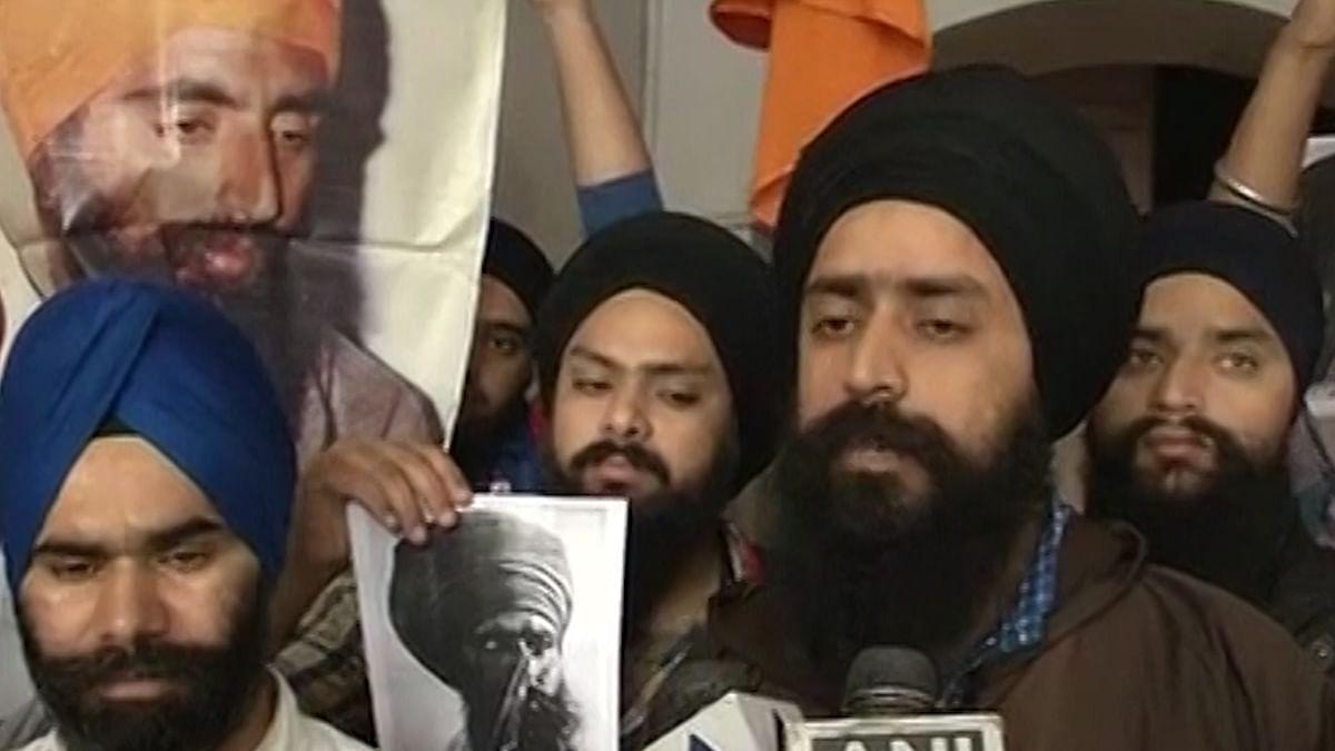 Sikh protestors show a poster of slain Khalistan militant leader Jarnail Singh Bhindranwale. (Photo: ANI video grab)