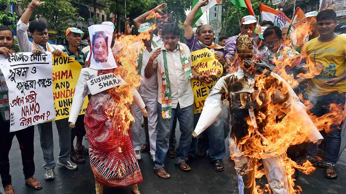 Congress workers burning effigies of Sushma Swaraj and Lalit Modi in Kolkata. (Photo: PTI)
