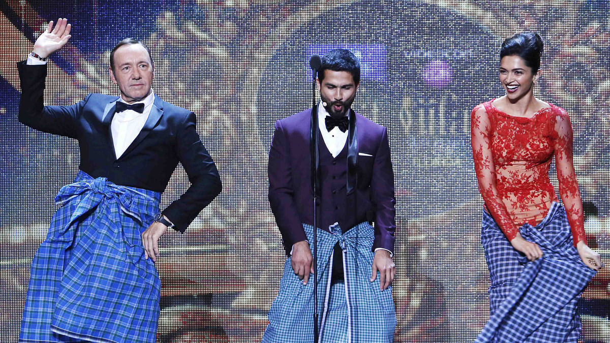 Kevin Spacey does the lungi dance with Shahid Kapoor and Deepika Padukone at IIFA 2014 in Florida (Photo: Reuters)