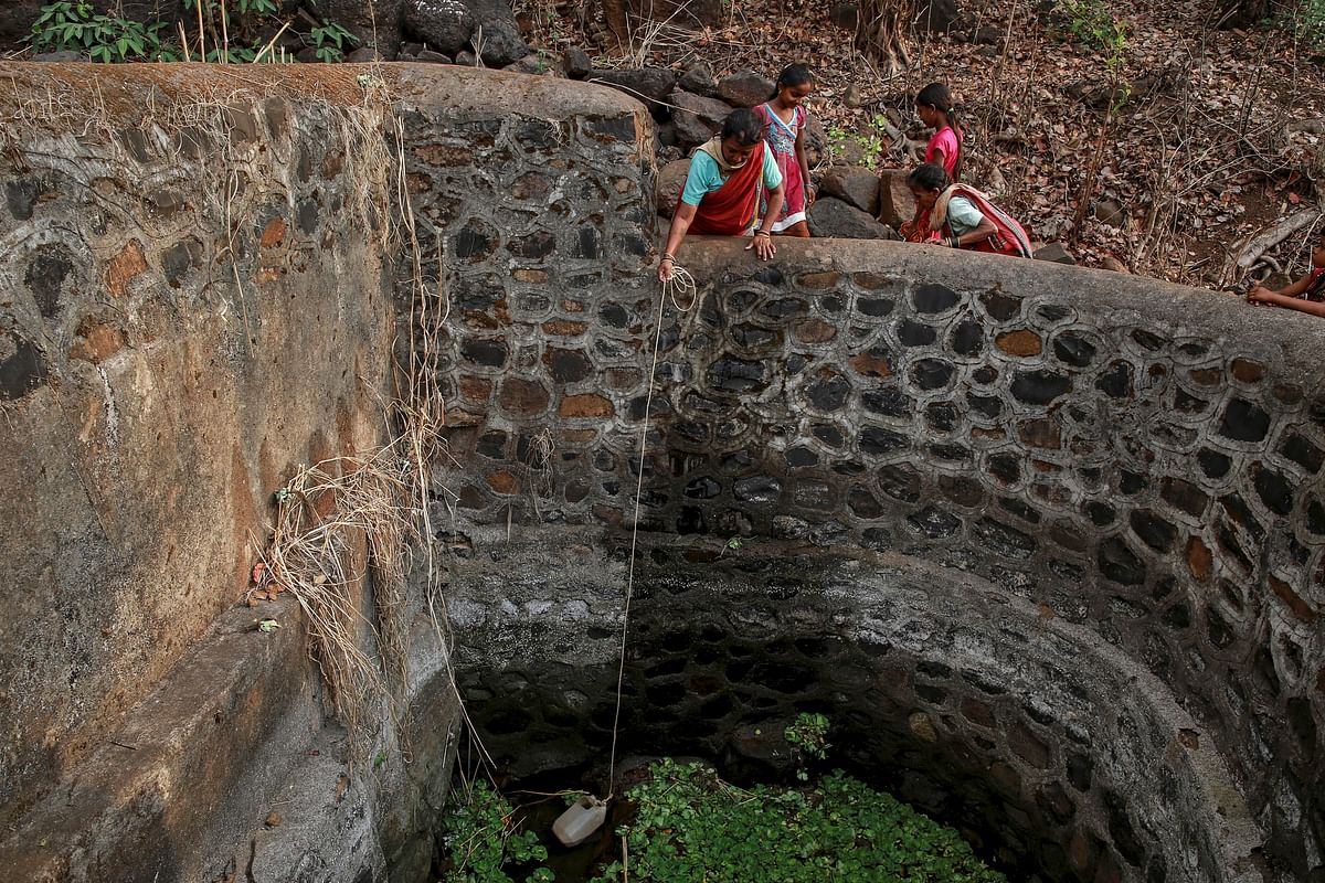 Bhaagi (L), third wife of Sakharam Bhagat, takes out water from a well as Sakhri (R) helps her outside their village in Denganmal, Maharashtra, India, April 20, 2015. (Photo: Reuters)